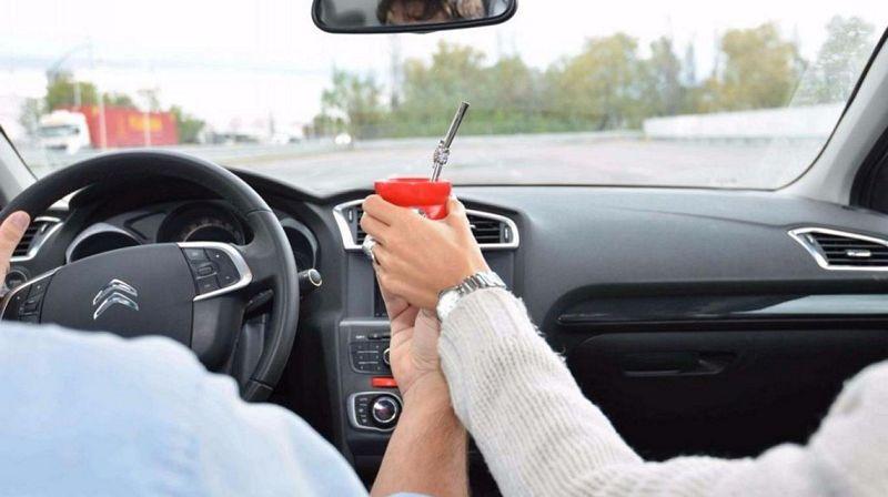 Tomar un mate en el auto: tan peligroso como manejar una cuadra a ciegas