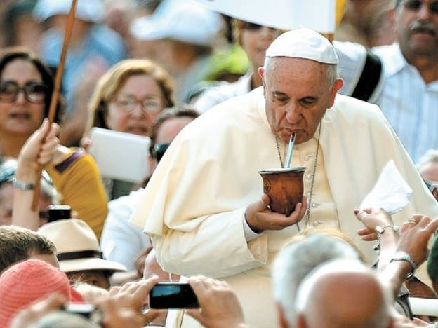 Papa Francisco tomando mate