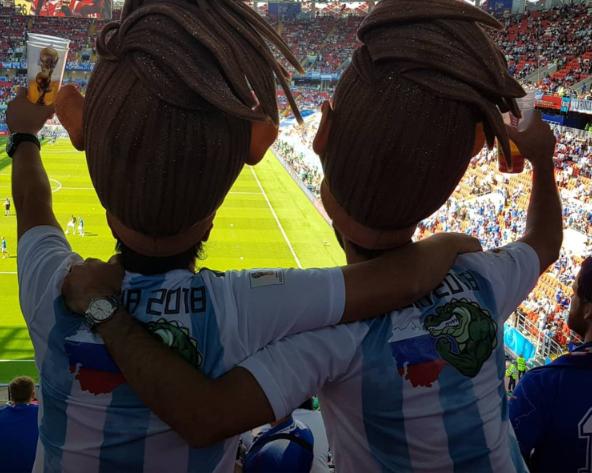 Fanáticos de Argentina tomando cerveza en Rusia